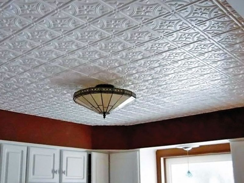 Потолок оформленный плиткой