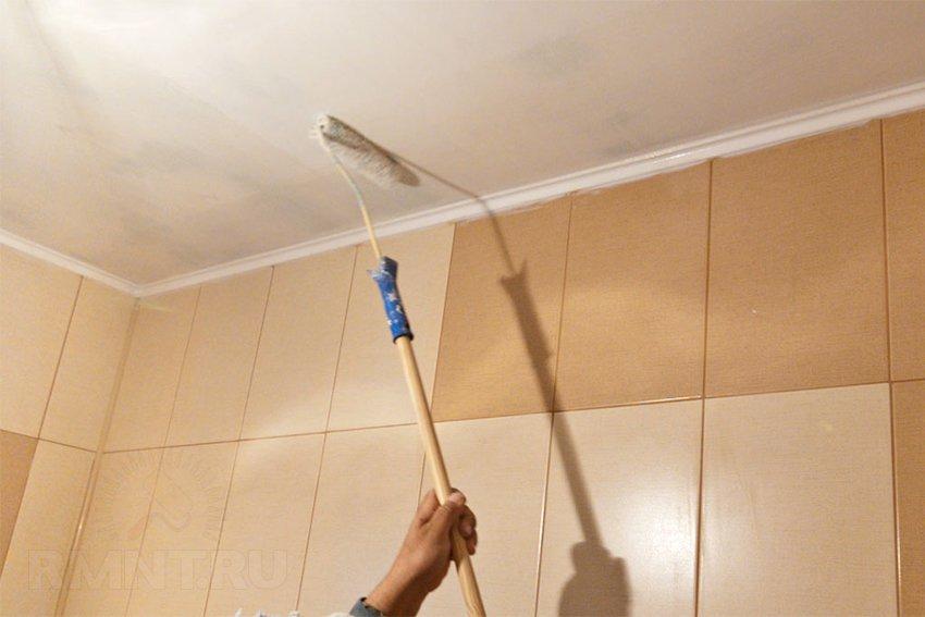 Поверхность потолка необходимо обработать