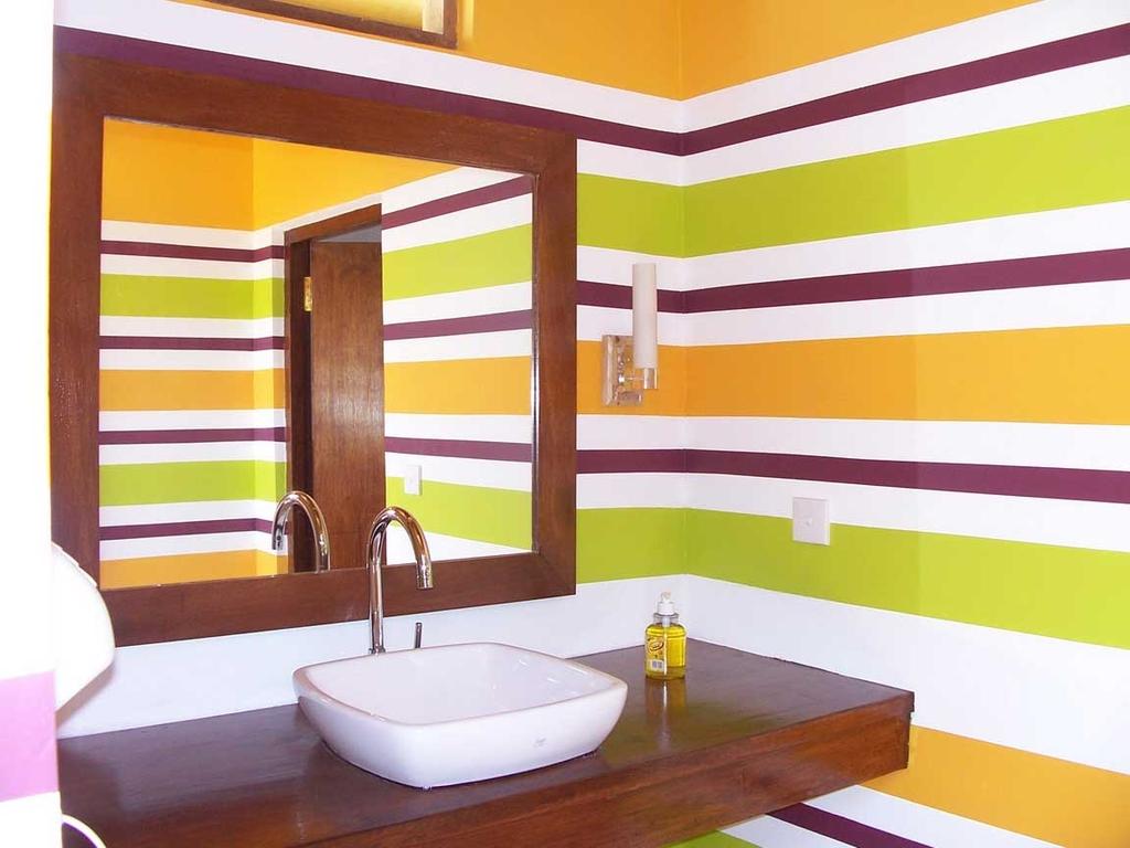 Для окрашивания стен в ванной необходимо тщательно выровнять поверхность
