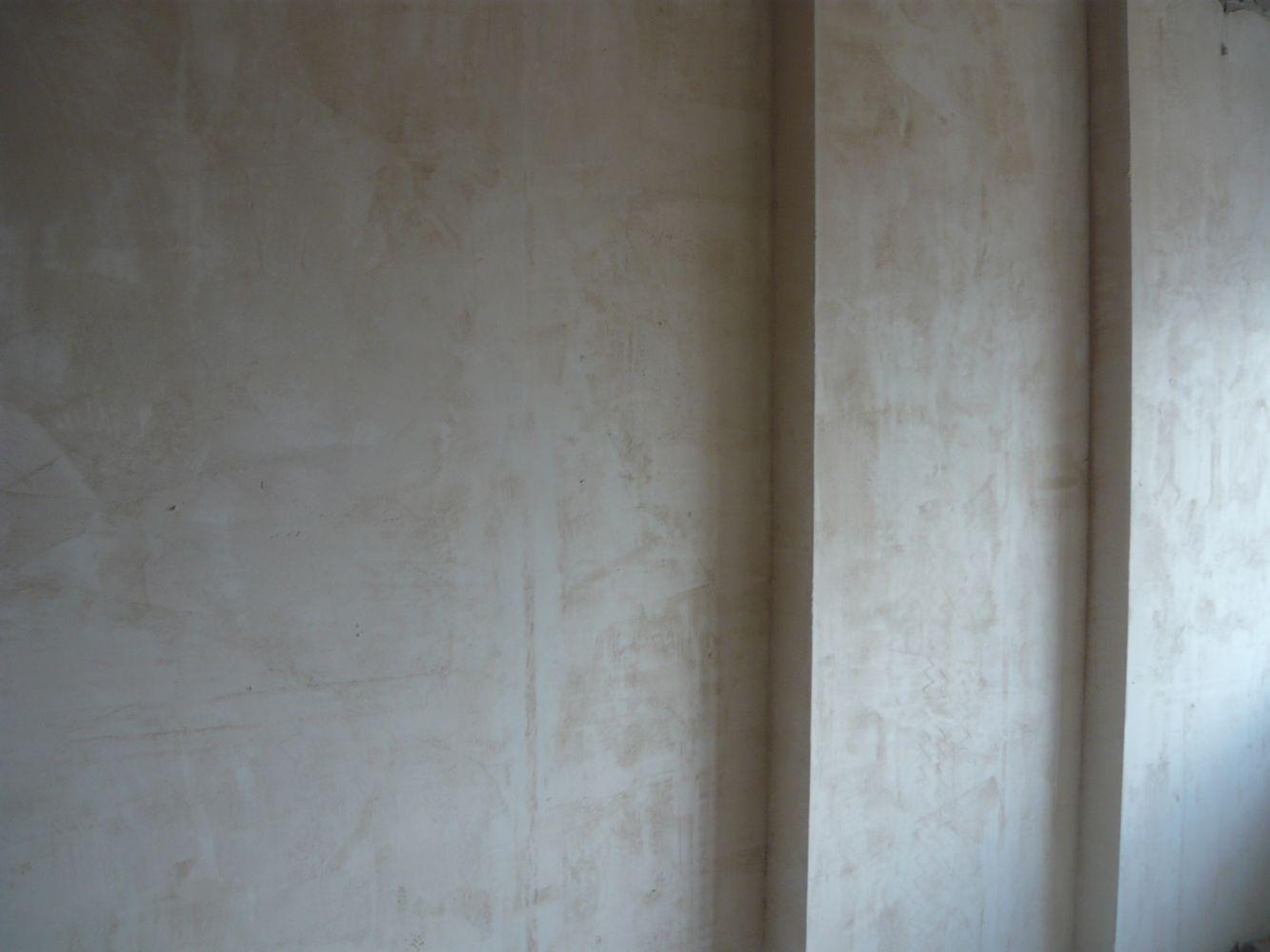 Для получения ровных стен можно оштукатурить их по маякам