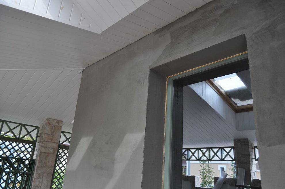 Для ровной поверхности дверной проем необходимо оштукатурить