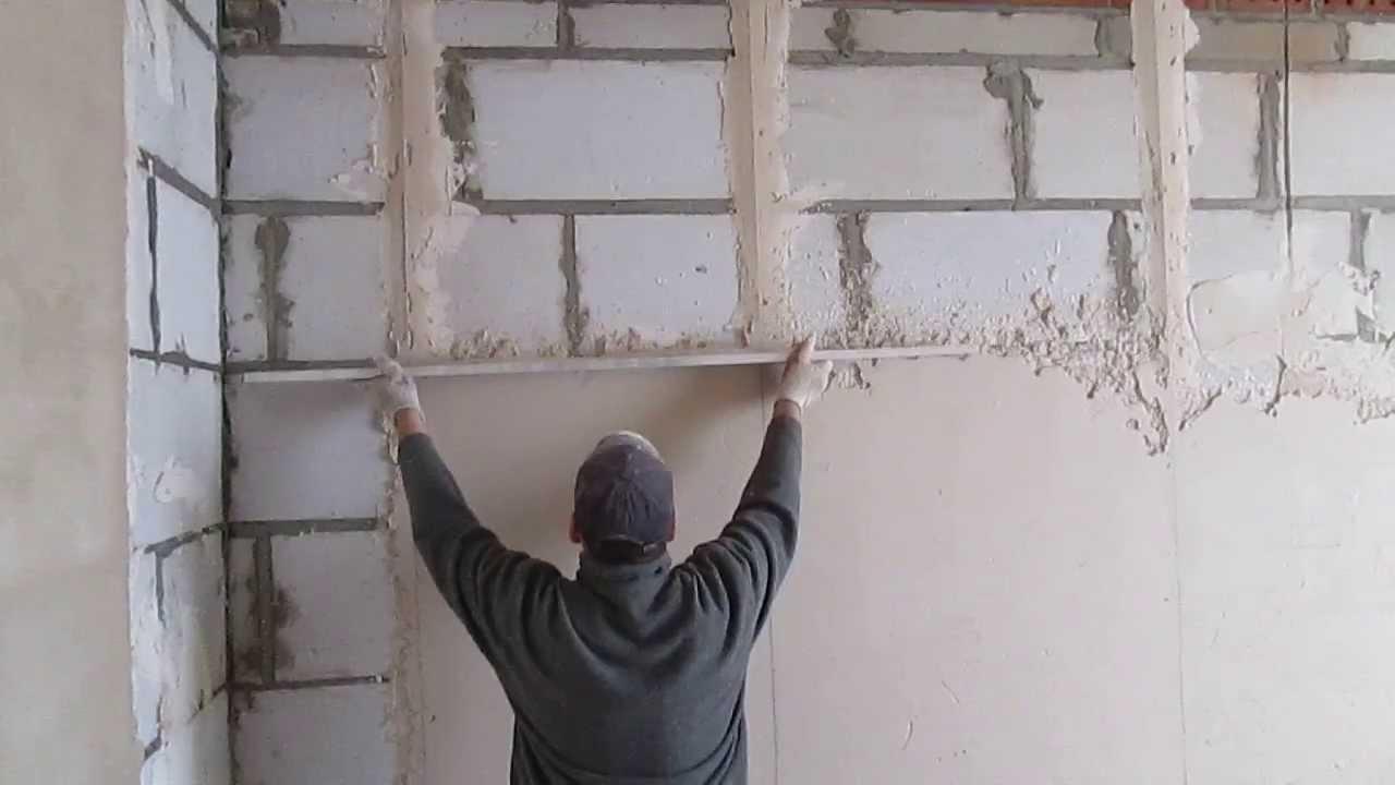 При штукатурке стен по маякам работа проводится на довольно большом участке