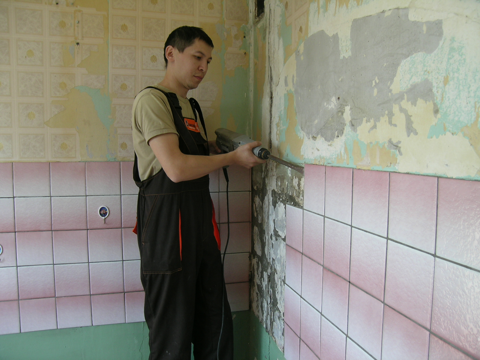 Снятие плитки с стены