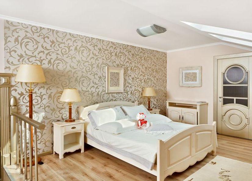 Для спальни наилучшим цветом обоев будет светлый оттенок