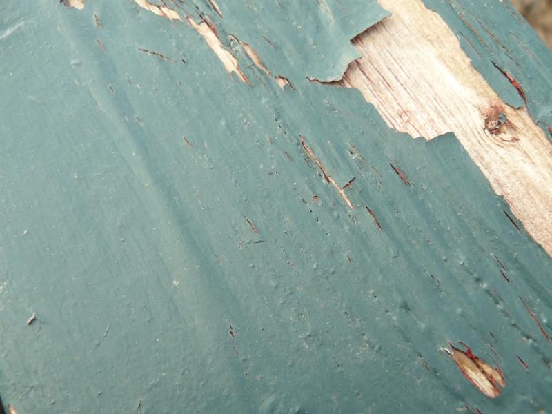 Для отделки стен необходимо прежде всего очистить их от старой краски