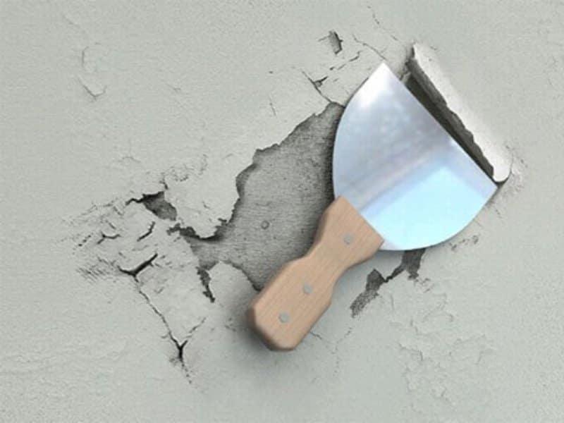 Каждый ремонт начинается с удаления старых покрытий, среди которых потрескавшаяся шпаклевка и штукатурка