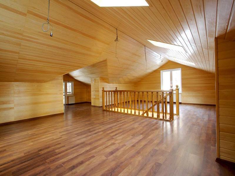 Вагонкой можно отделать как стены, так и потолок в помещении
