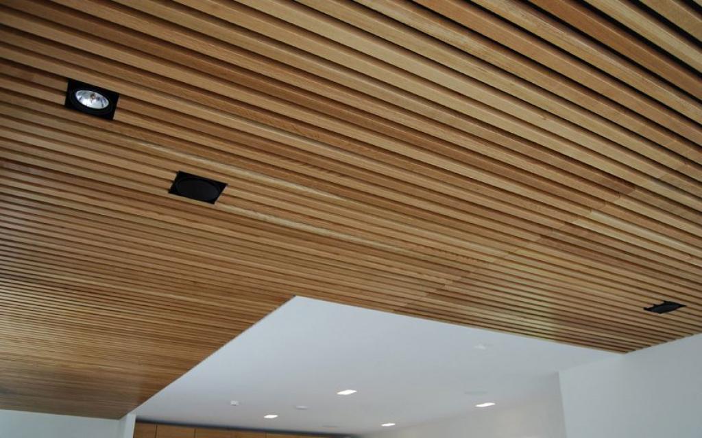 Деревянный потолок открытого типа