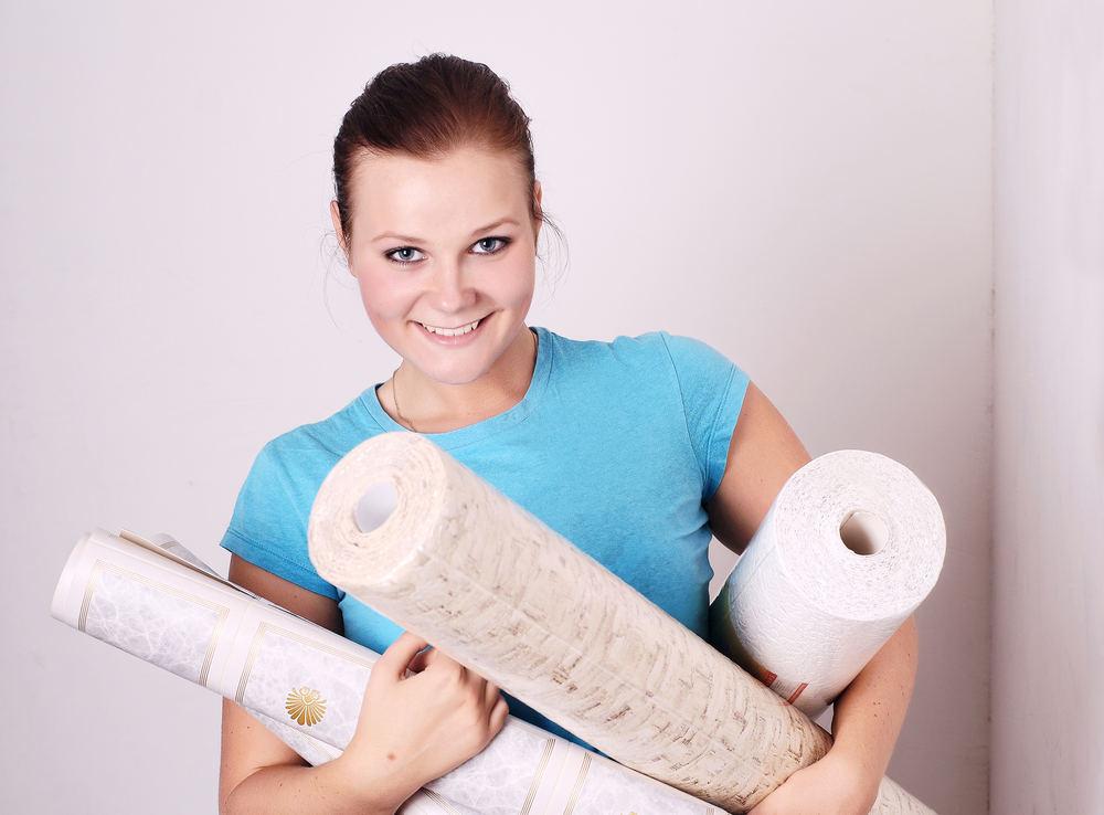 Процесс оклейки потолка обоями - трудоемкий процесс, особенно, если он осуществляется одним человеком