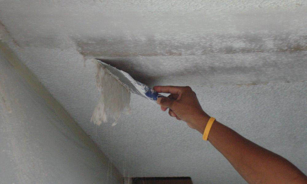 Для качественного ремонта потолочного покрытия необходимо удалить старую краску