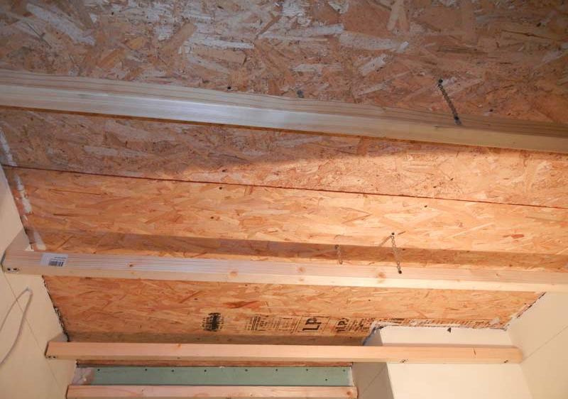 При необходимости сооружаем каркас для реечного потолка