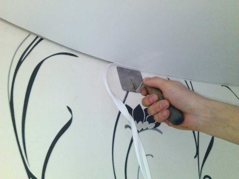Для натяжного потолка нужно использовать специальные плинтуса