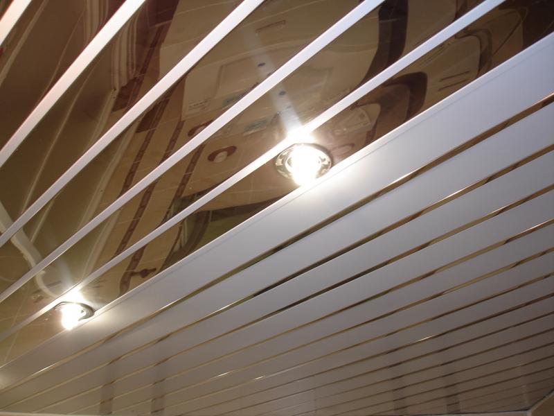 Проводку светильников для реечного потолка необходимо разместить заранее