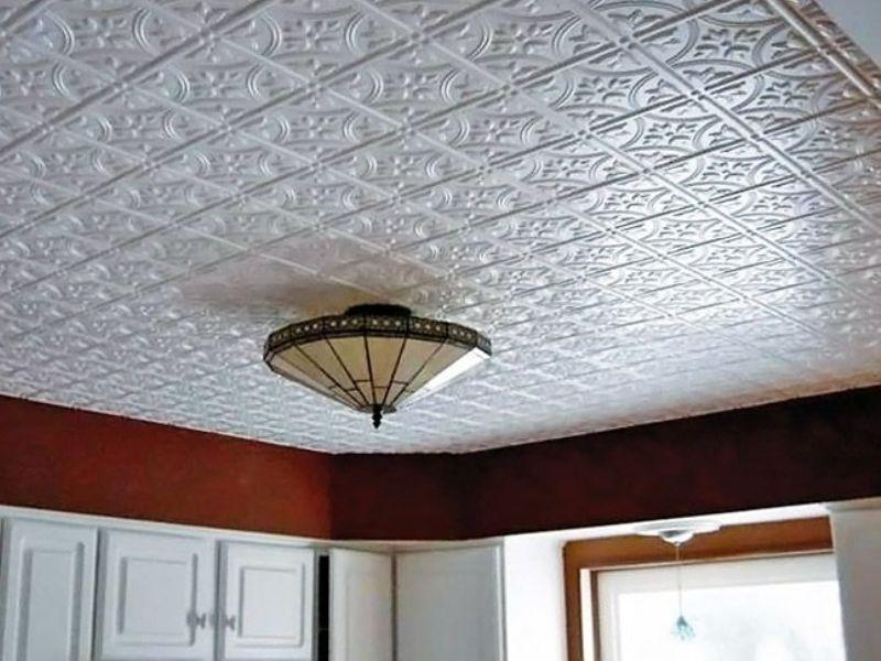 Потолочная плитка легко монтируется на потолок