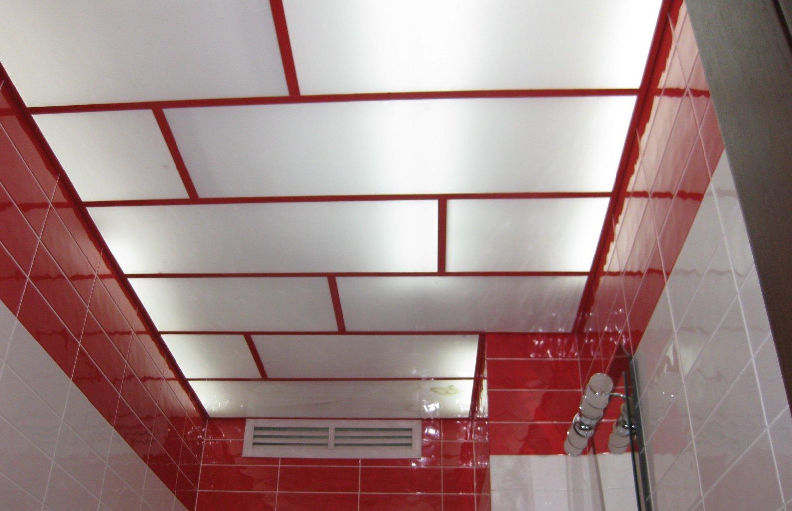 Потолок из оргстекла можно использовать в ванной комнате