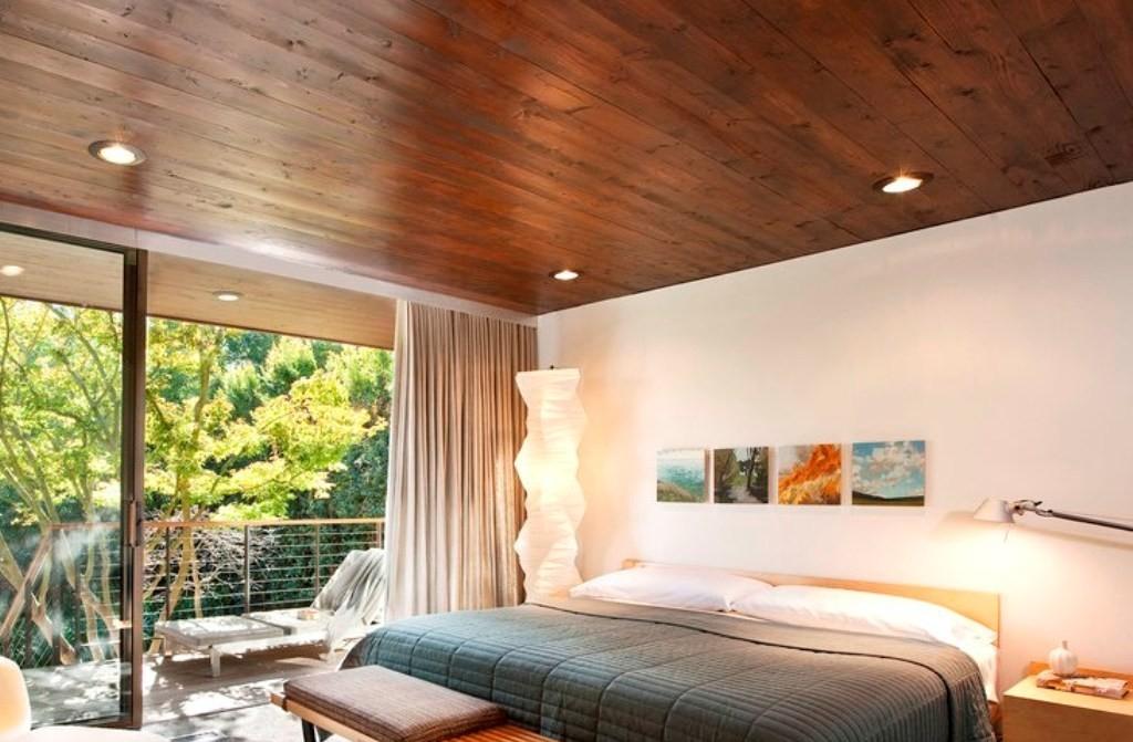 Реечный деревянный потолок хорошо впишется в интерьер загородного дома