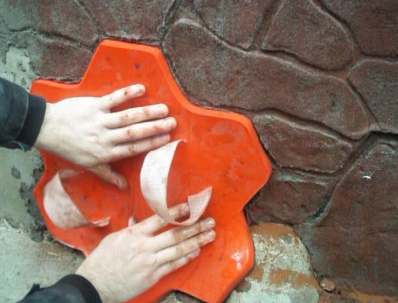 Для придания рельефа под камень можно использовать специальные трафареты
