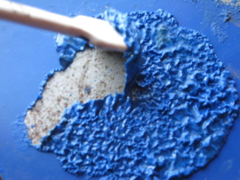 После фена краска становится мягкой и удаляется шпателем