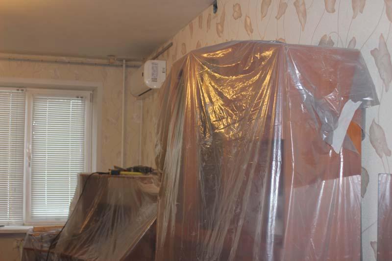 Перед началом строительных работ необходимо укрыть мебель пленкой