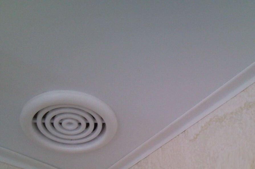 В натяжном потолке рекомендуется установить вентиляцию