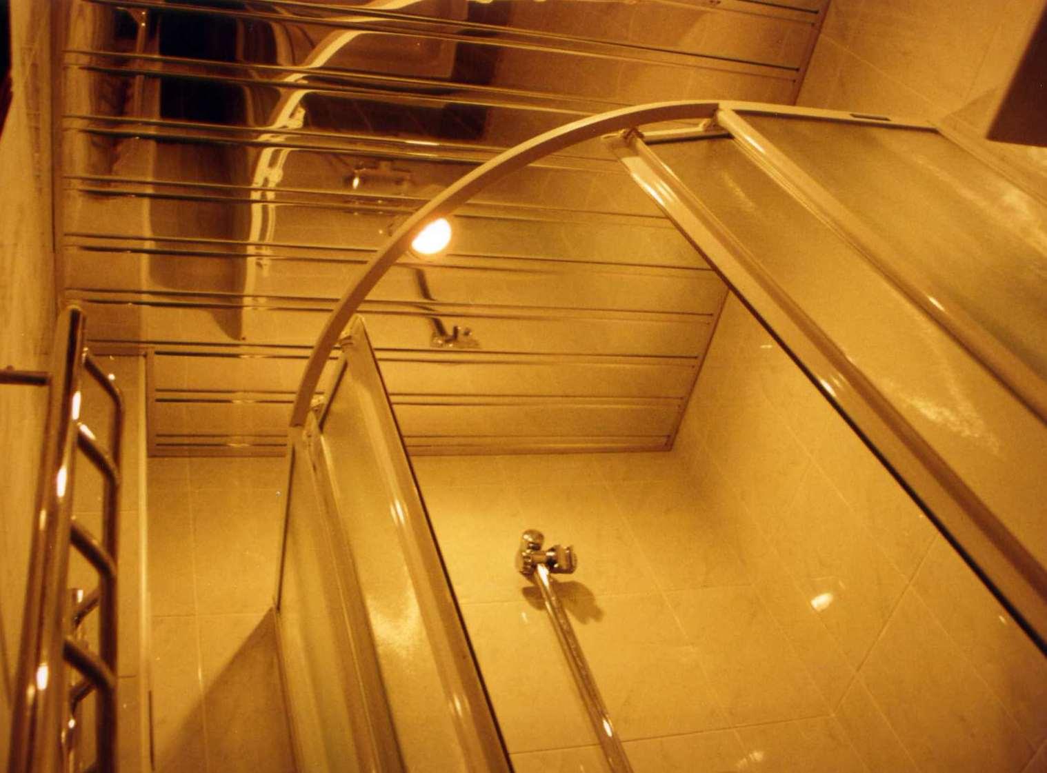Реечный потолок хорошо использовать в ванной комнате
