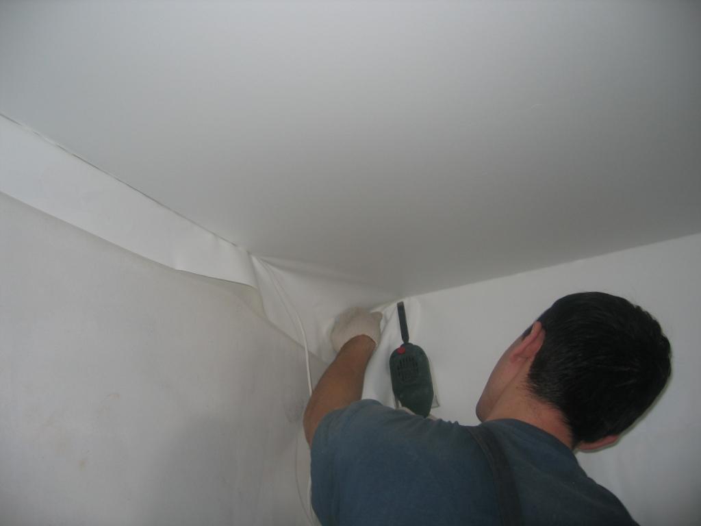 Безгарпунное крепление натяжного потолка позволяет регулировать натяжение полотна