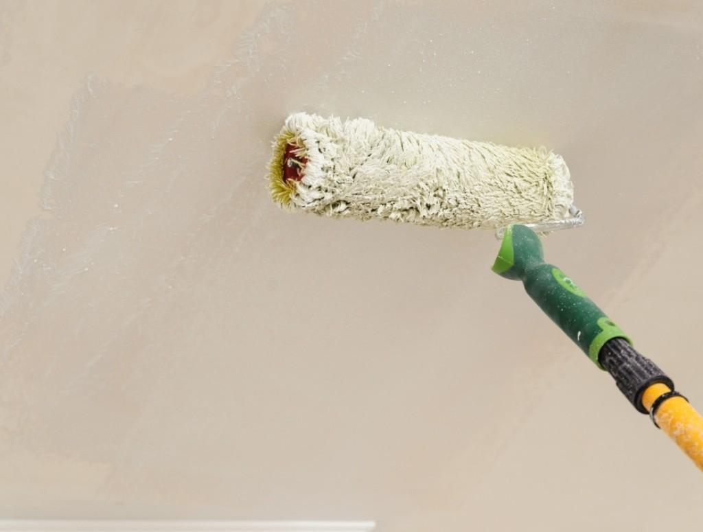 Грунтовка обеспечивает надежное сцепление потолка со следующими слоями отделки