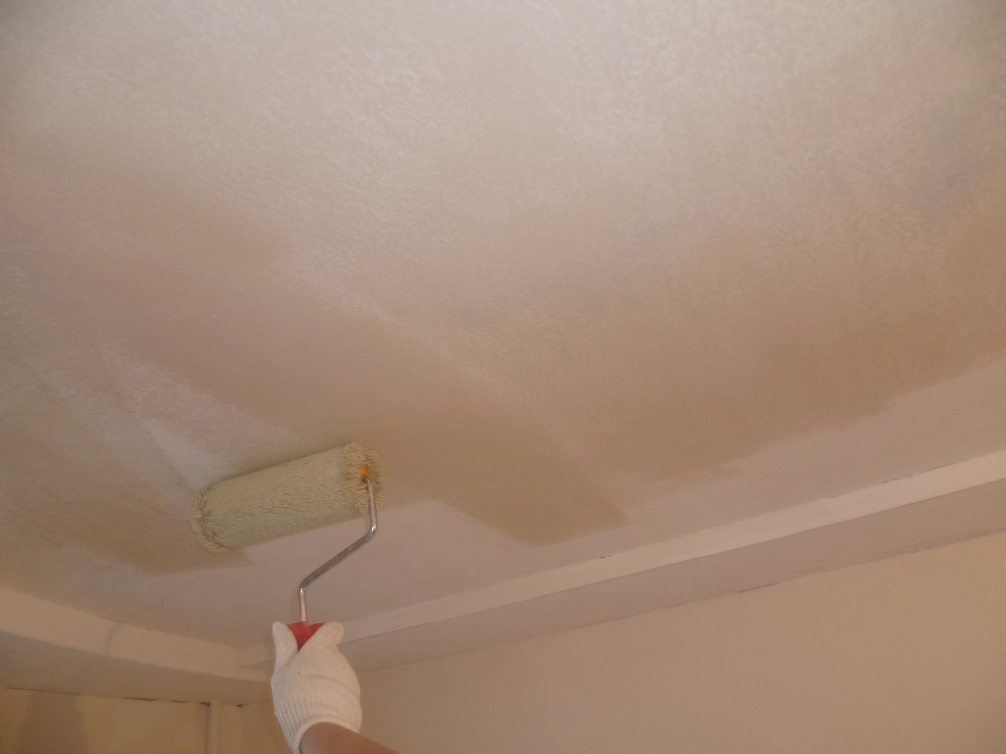 В первую очередь необходимо подготовить потолок под оклейку плиткой