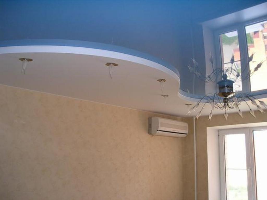 В случае комбинированного потолка натяжное полотно крепится к гипсокартону