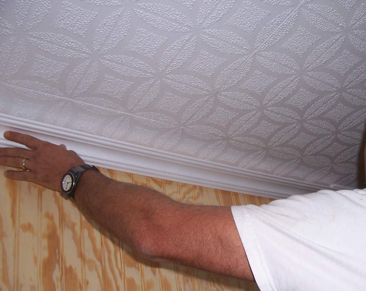 Потолочный плинтус можно клеить на обои