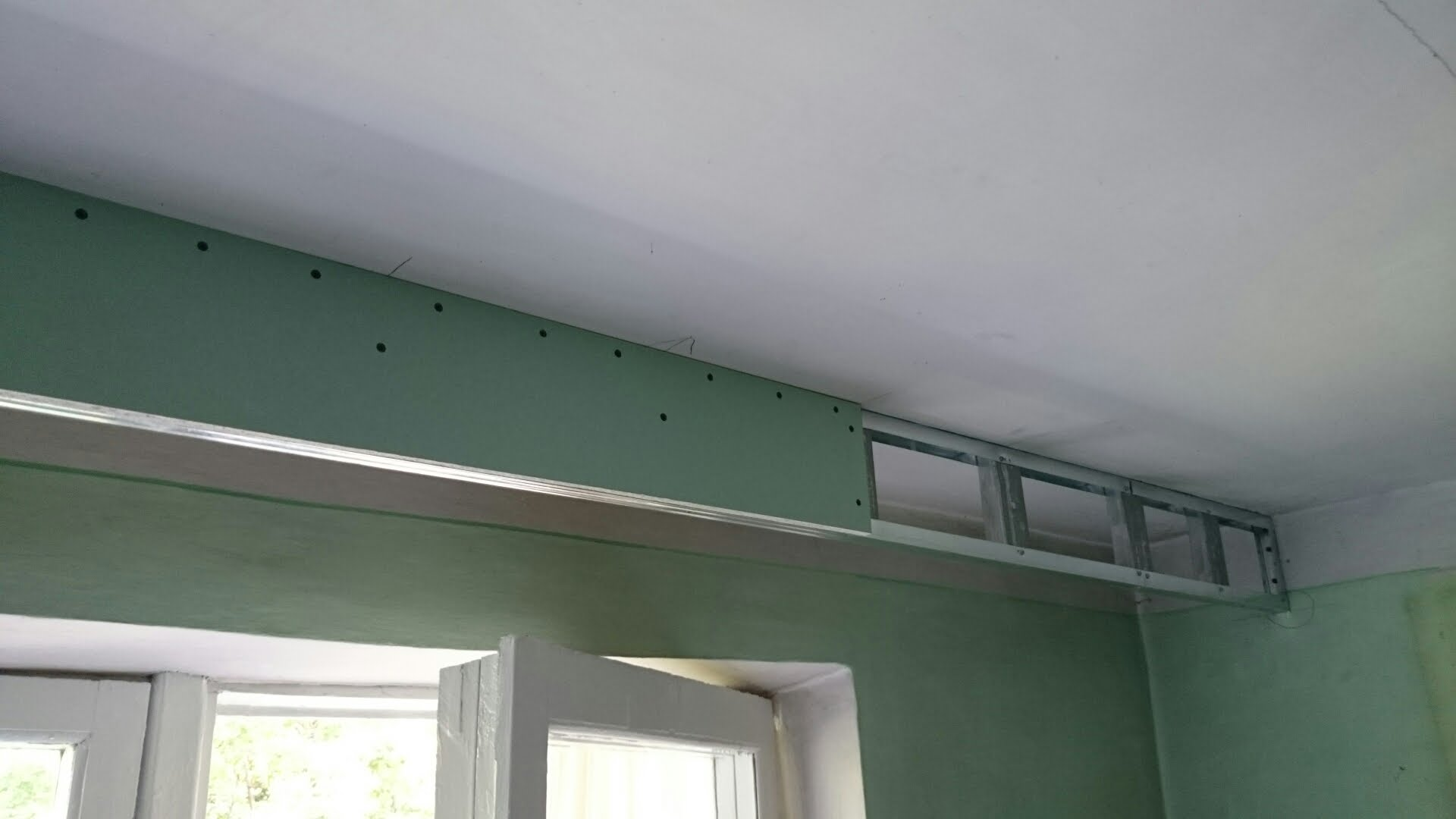 В случае монтажа ниши для штор каркас для натяжного потолка можно собрать из профиля