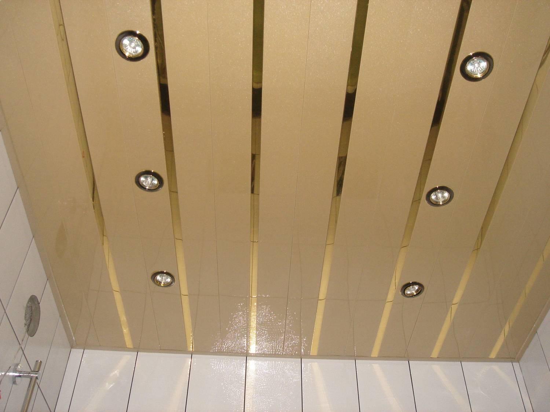 Реечный потолок отличается своей долговечностью и простотой в уходе