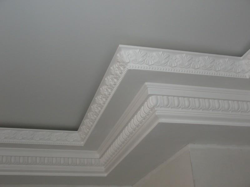Поклейка плинтуса при натяжном потолке осуществляется только на стену