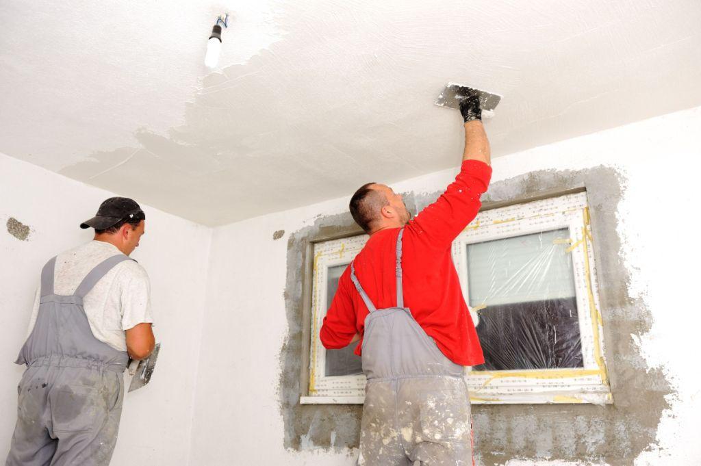 Перед покраской потолок необходимо подготовить