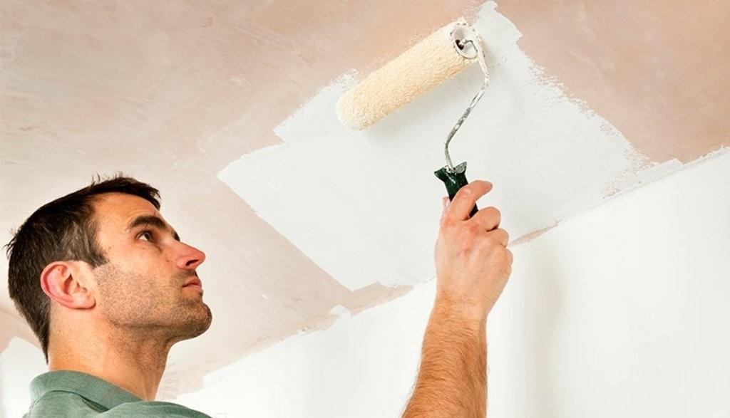 Окраску потолка удобно производить валиком