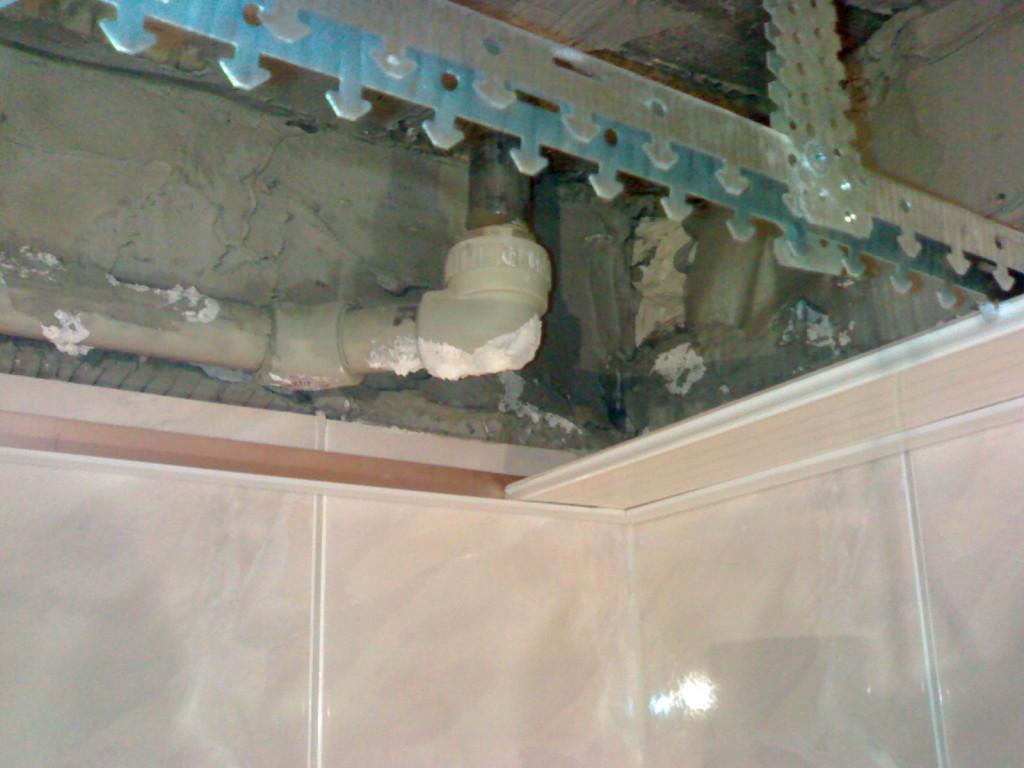 Сборка потолка из реек начинается с монтажа каркаса