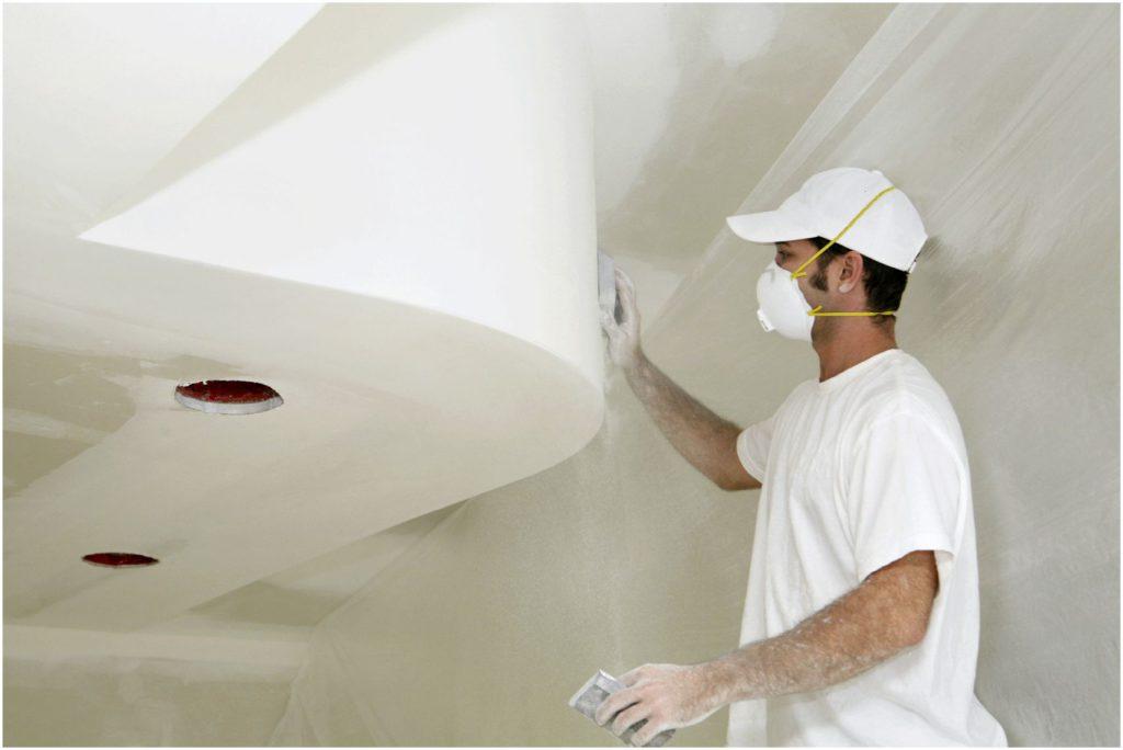 При шлифовке потолка необходимо воспользоваться маской от пыли