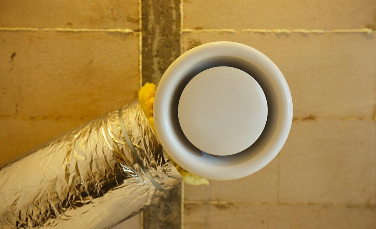 Крепления для диффузора необходимо установить перед монтажом потолка