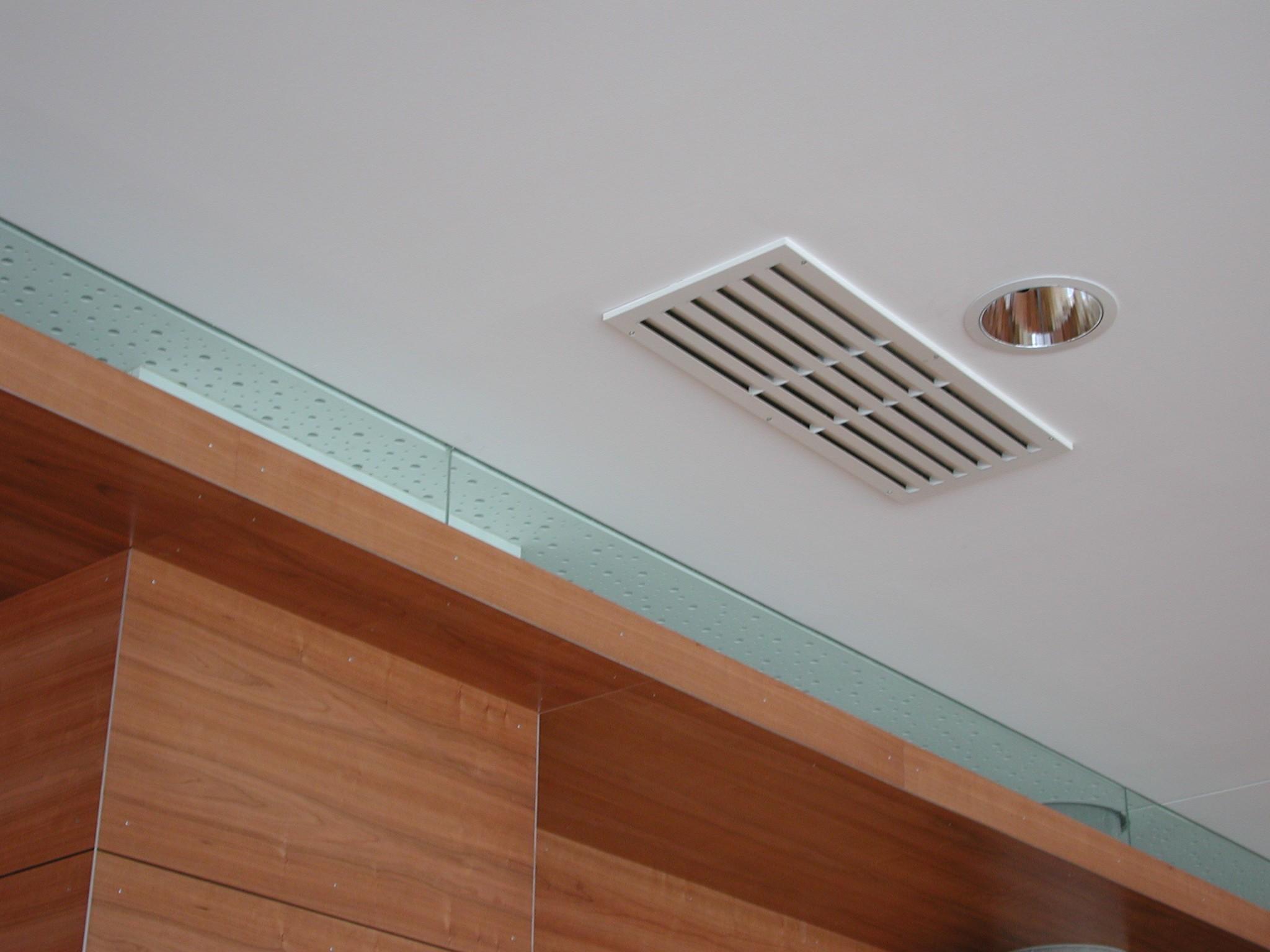 Диффузор можно устанавливать как в стену, так и в потолок