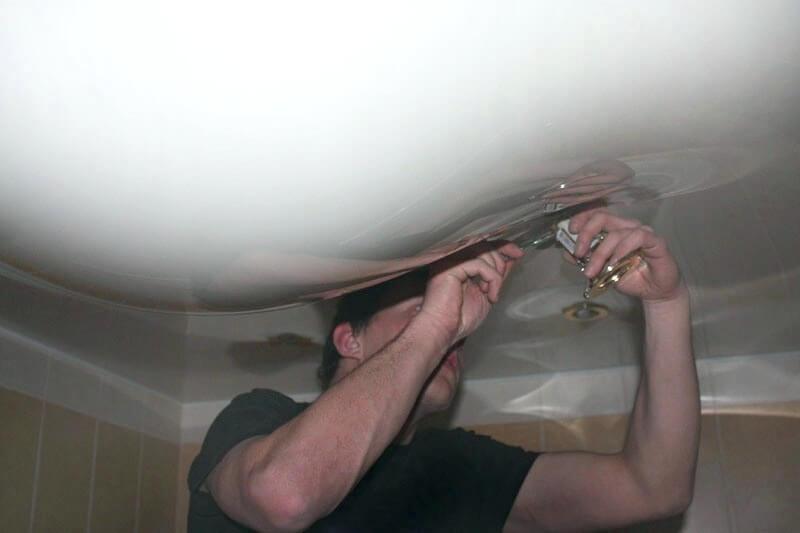 Демонтаж светильников для слива воды