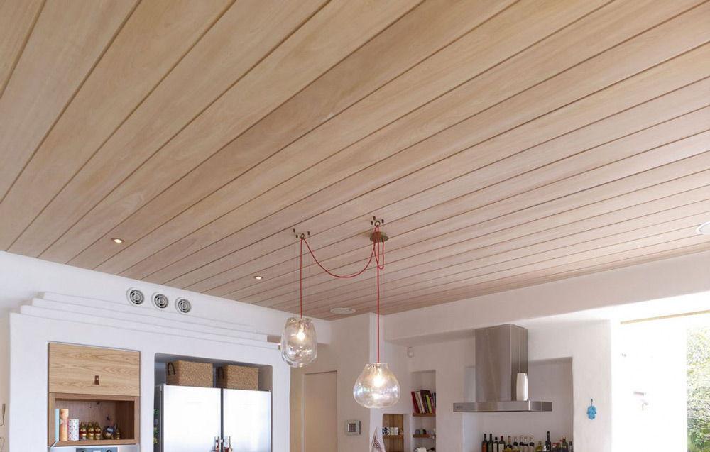 Деревянный потолок требует особого ухода, например, окрашивания