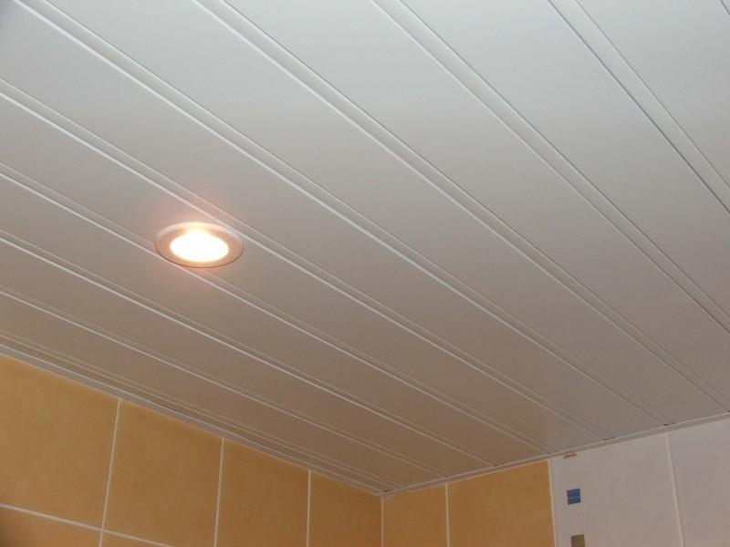 Пластиковый реечный потолок обойдется немного дешевле