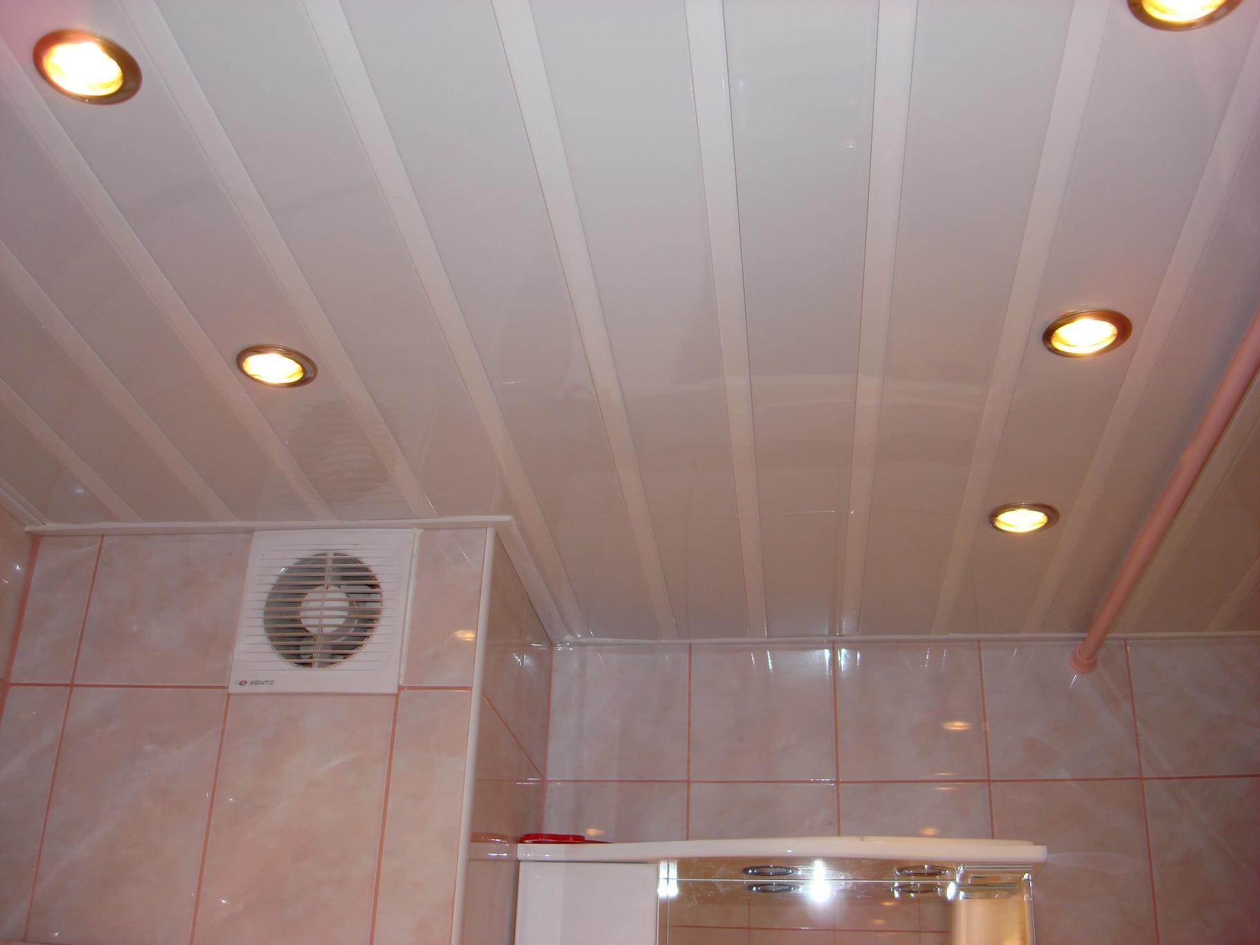 Потолок обшитый ПВХ панелями