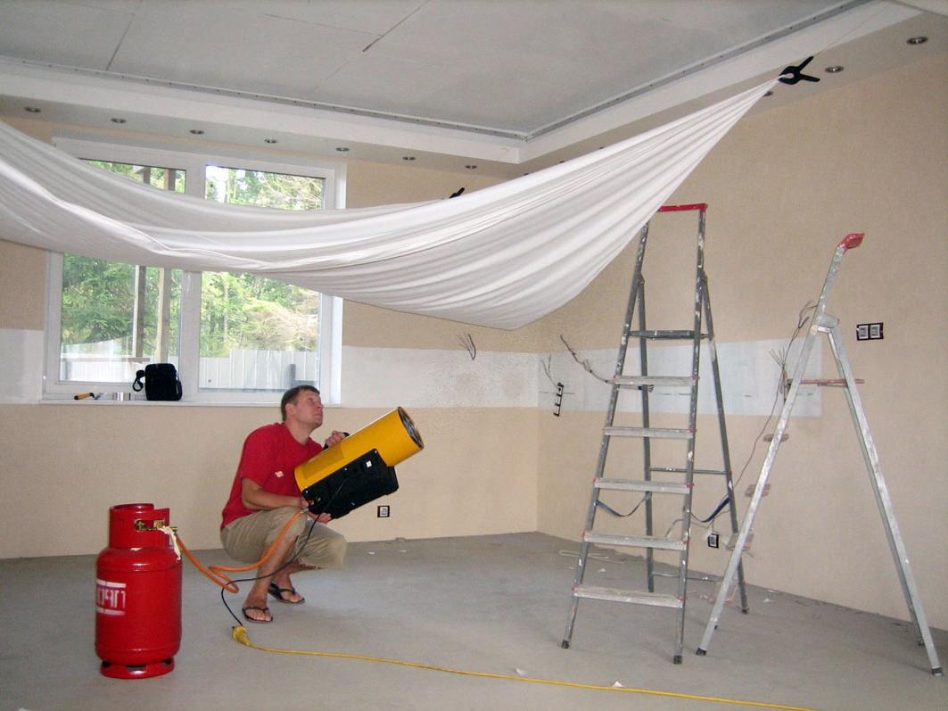 Применение тепловой пушки для натяжного потолка может повредить обои