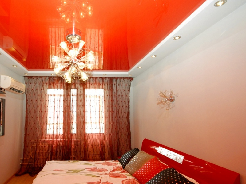 Люстра на потолке в спальне