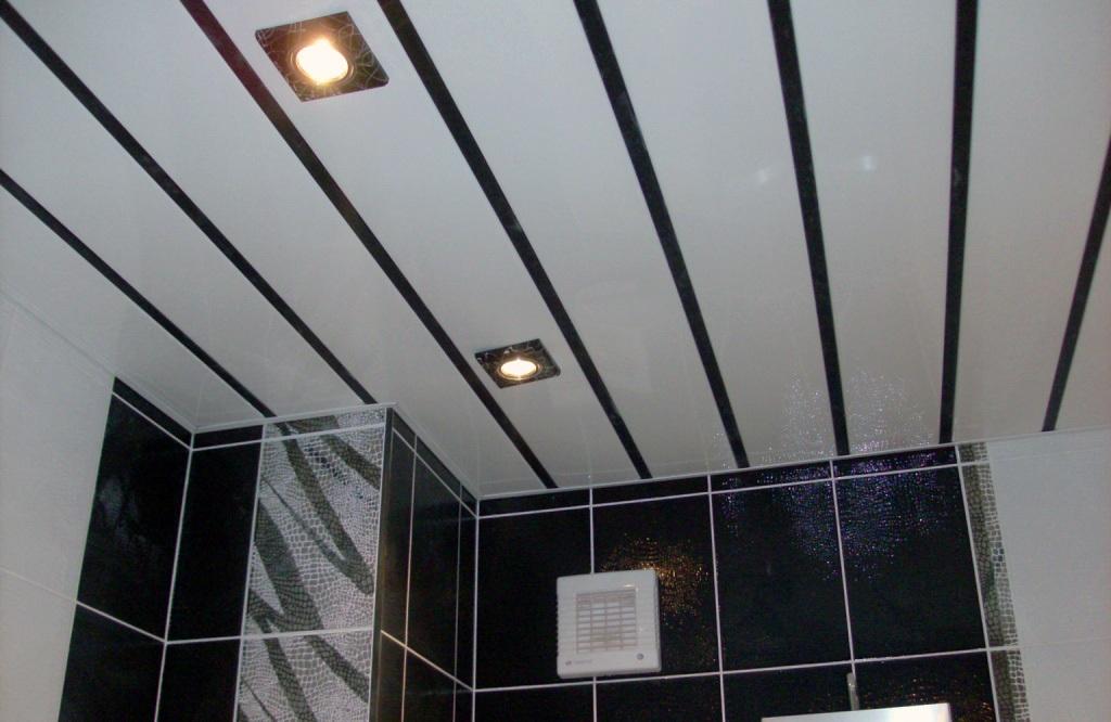 Потолок в ванной из пластиковых панелей является одним из наиболее удачных решений отделки этого помещения