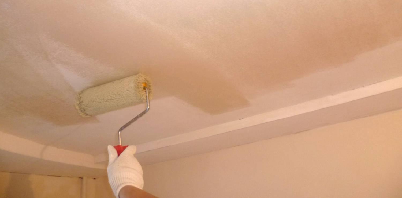 Перед шпаклеванием необходимо нанести на потолок грунтовку