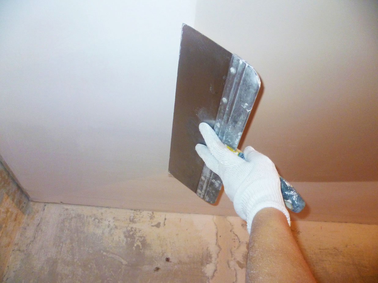 Шпаклевание потолка выполняется в несколько слоев