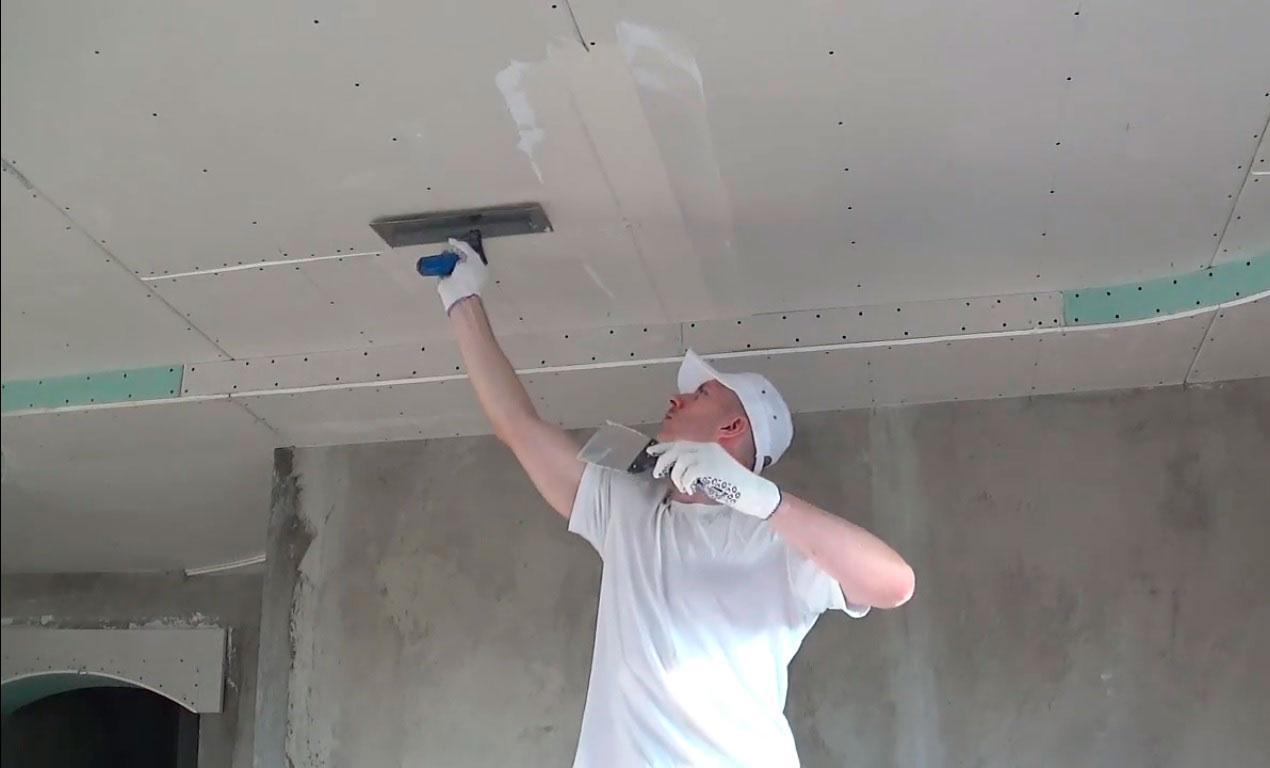 При шпаклевании потолка в первую очередь проводят работы на стыках листов гипсокартона