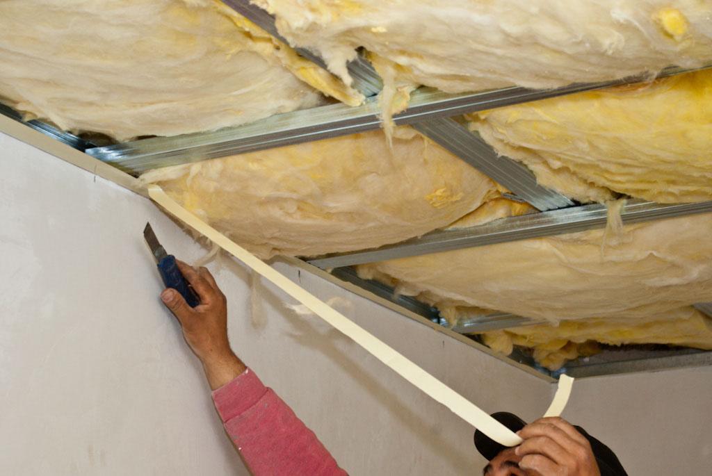 При утеплении потолка изнутри помещения необходимо сооружение каркаса